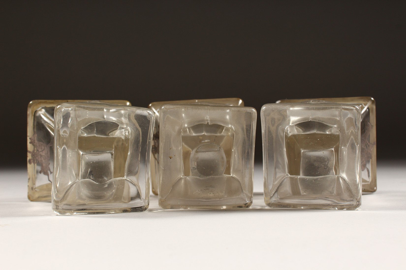 A SET OF THREE SILVER OVERLAY MOULDED GLASS SMALL VASES, decorated with polo players on horseback. - Image 5 of 5