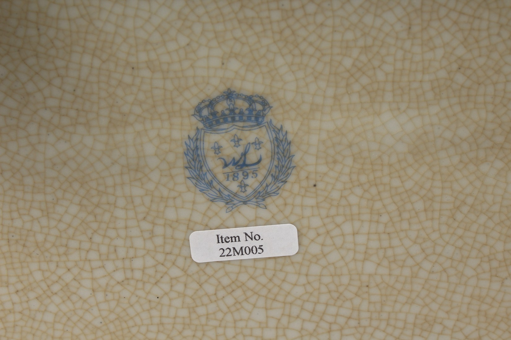 A DECORATIVE PORCELAIN AND ORMOLU MOUNTED SEVRES STYLE CASKET AND COVER. 15ins long - Image 5 of 5