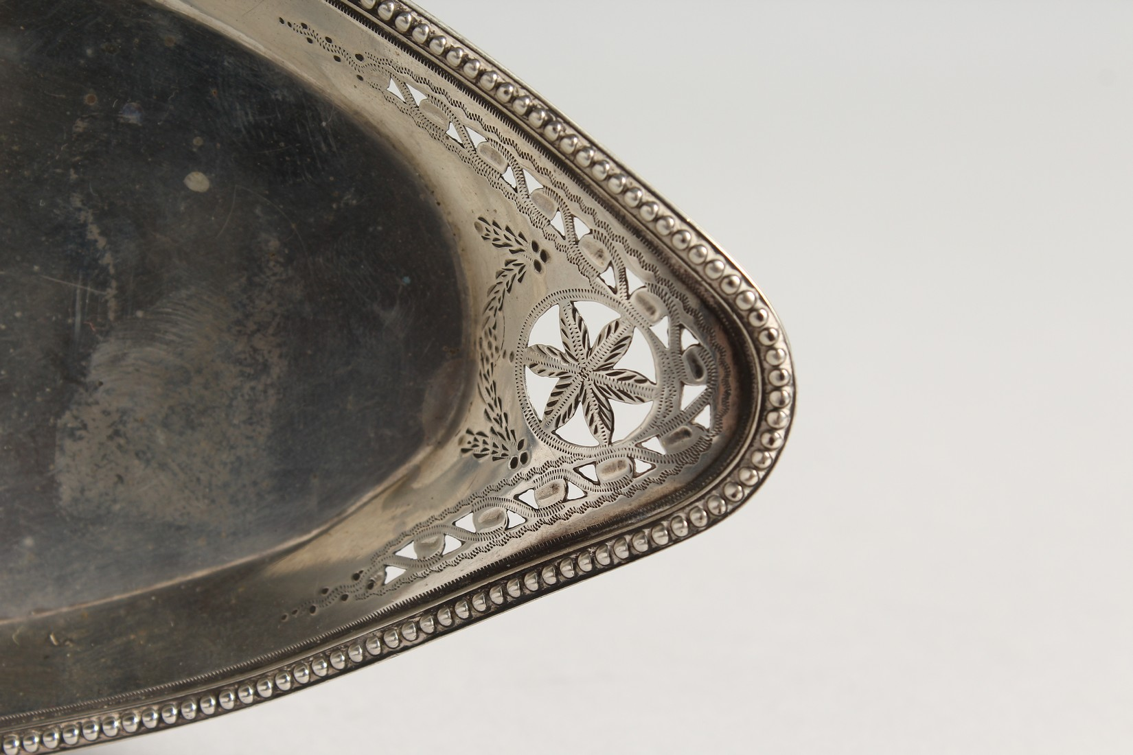 A GEORGE III OVAL SILVER SERVING TRAY London 1782, - Image 2 of 5