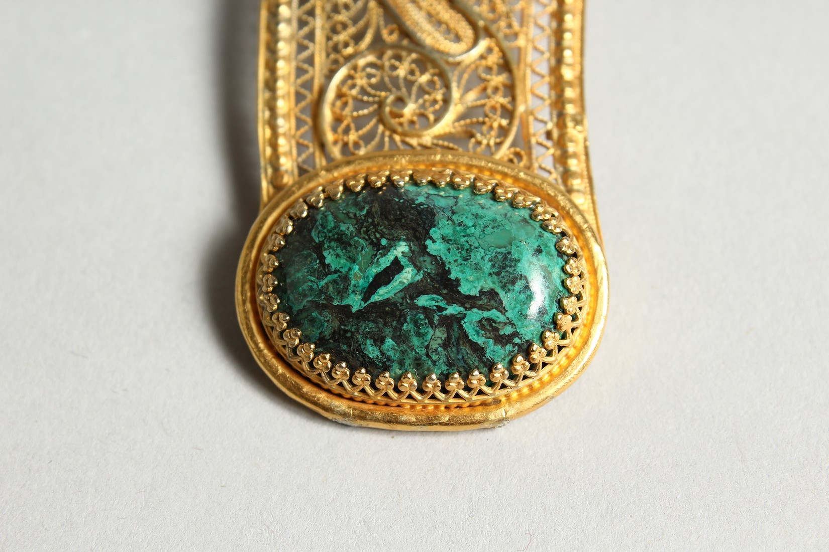 A FILEGREE AND GREEN STONE PENDANT AND CHAIN - Image 3 of 5