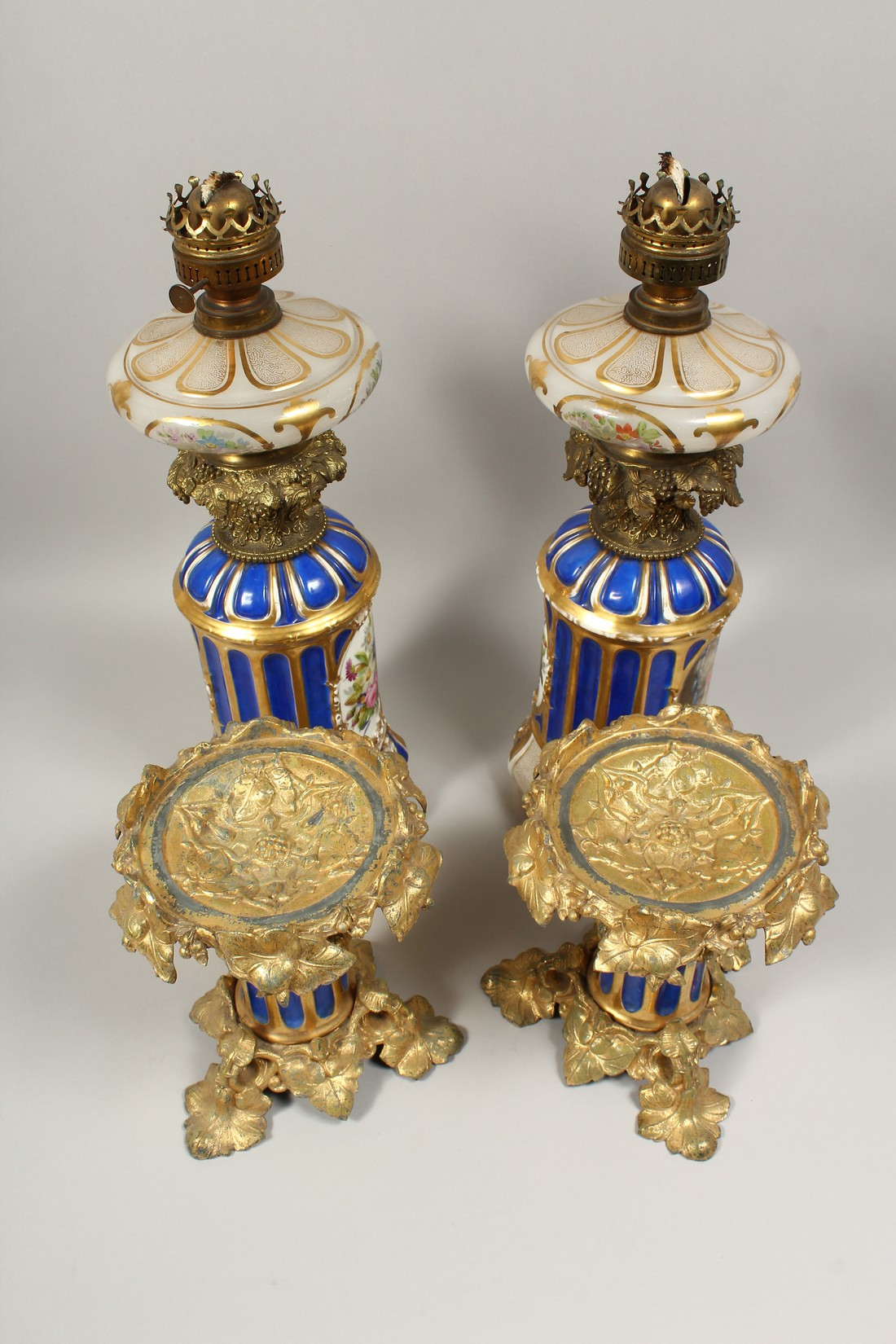 A SUPERB PAIR OF 19TH CENTURY FRENCH PORCELAIN AND GILT BRONZE LAMPS ON STANDS, painted with - Image 21 of 24