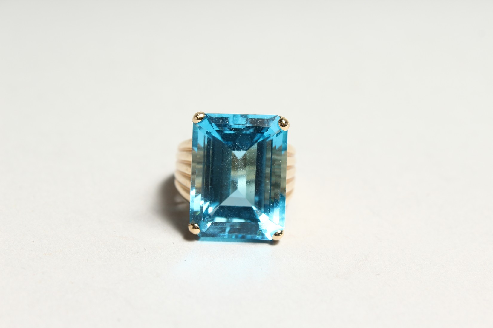 A GOOD 18CT GOLD LARGE TOPAZ SET RING. - Image 2 of 6