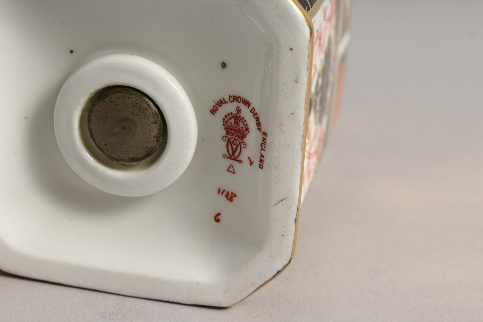 A ROYAL CROWN DERBY JAPAN PATTERN SQUARE SUGAR SIFTER, No. 1128. 6ins high and a SQUARE SUPERB BOX - Image 10 of 10