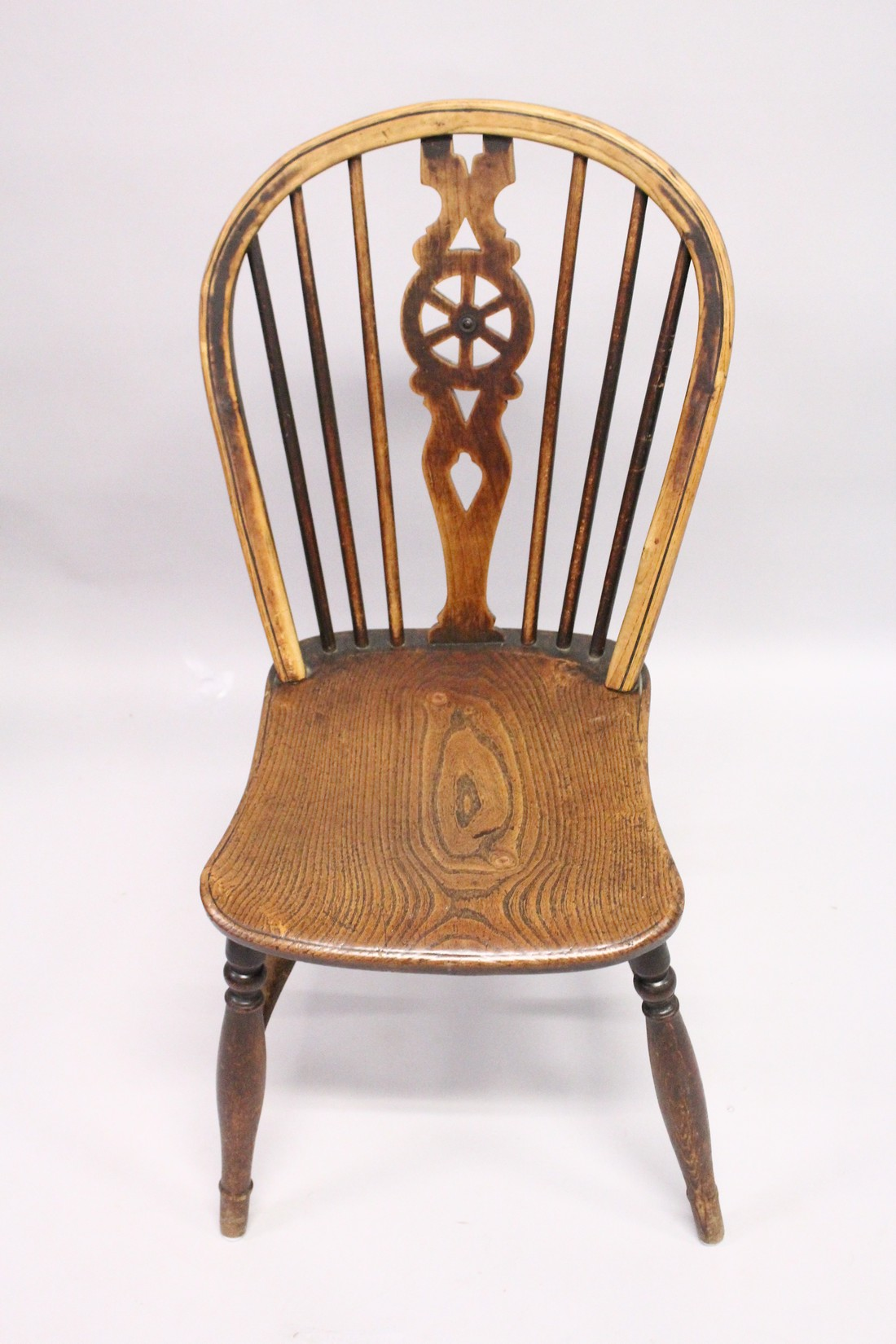A GOOD SET OF SIX OAK AND ELM WINDSOR WHEEL BACK DINING CHAIRS, two with arms - Image 5 of 5