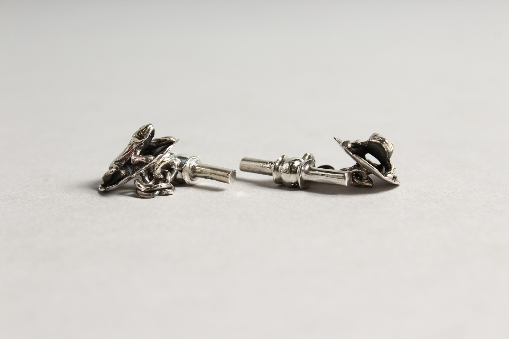 A PAIR OF SILVER FROG AND LILY PAD CUFF LINKS - Image 2 of 3