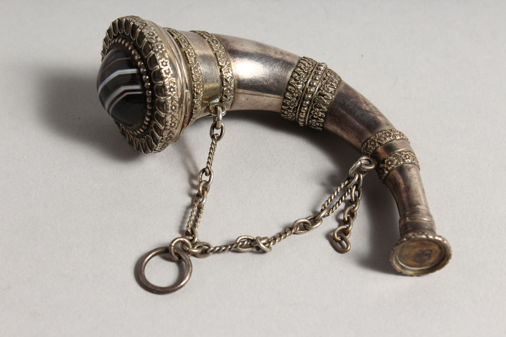 A VERY GOOD VICTORIAN SAMPSON MORDEN SILVER HORN VINIGRETTE with agate stone. 4ins long, London - Image 5 of 8