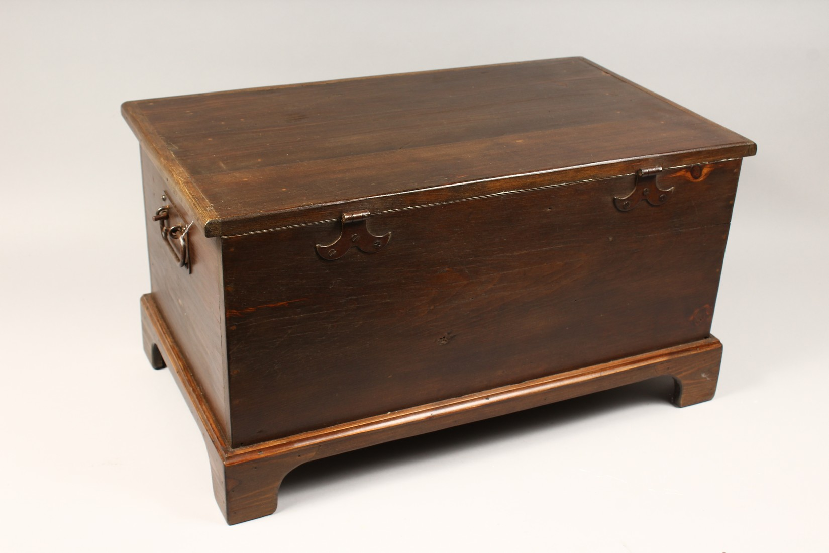 A WOODEN BOX ON BRACKET FEET 24ins - Image 3 of 3