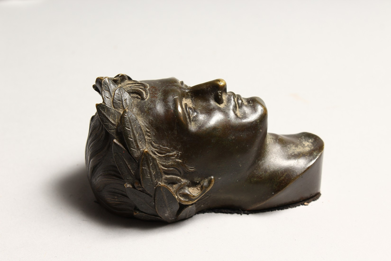 A SMALL GRAND TOUR BRONZE ROMAN HEAD 3.75ins high. - Image 3 of 5