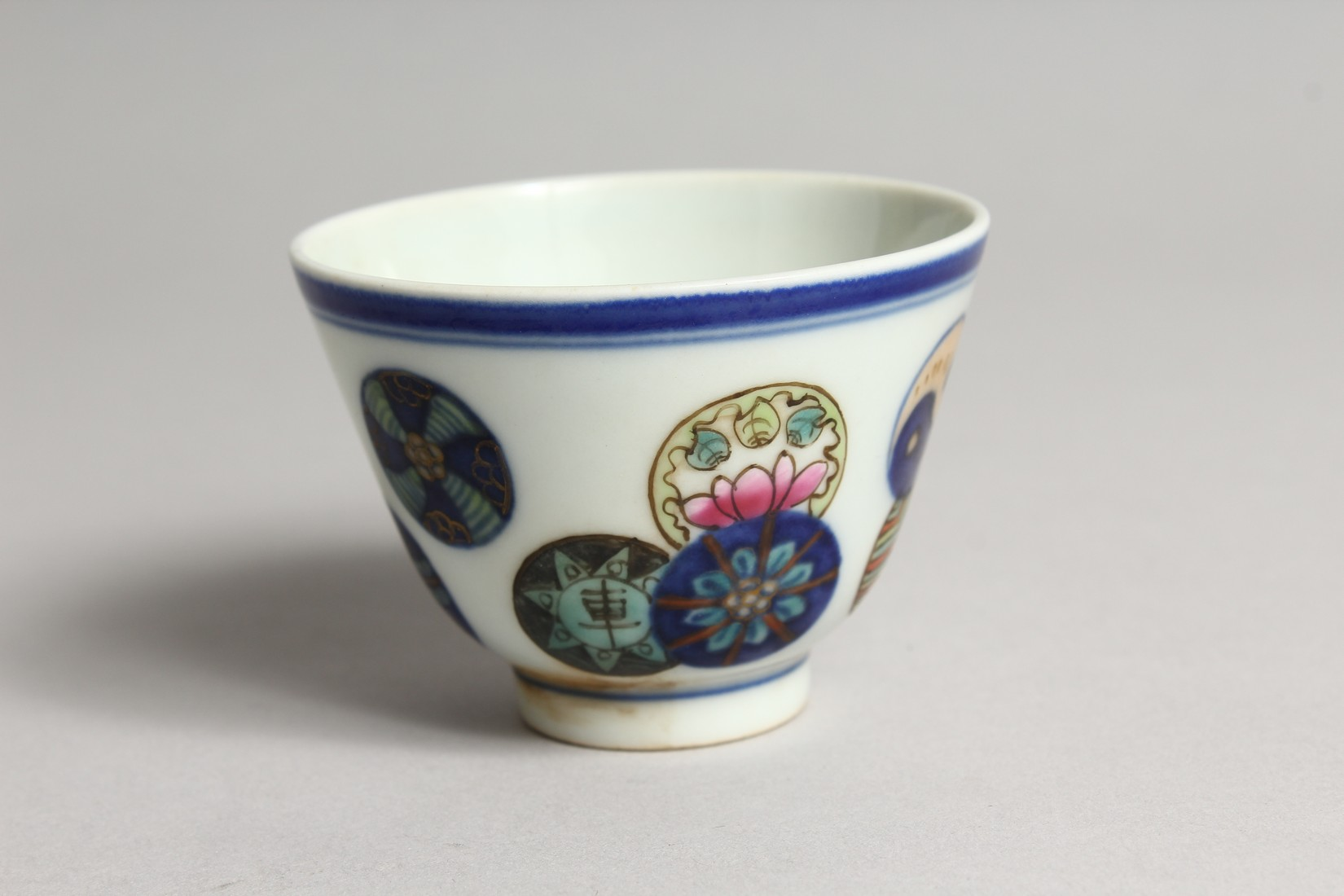 A SMALL CHINESE PORCELAIN RICE BOWL 2.75ins diameter. - Image 2 of 5