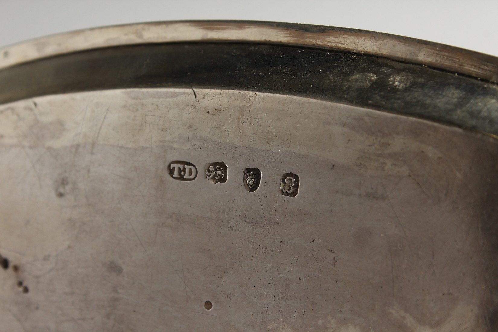 A GEORGE III OVAL SILVER SERVING TRAY London 1782, - Image 5 of 5