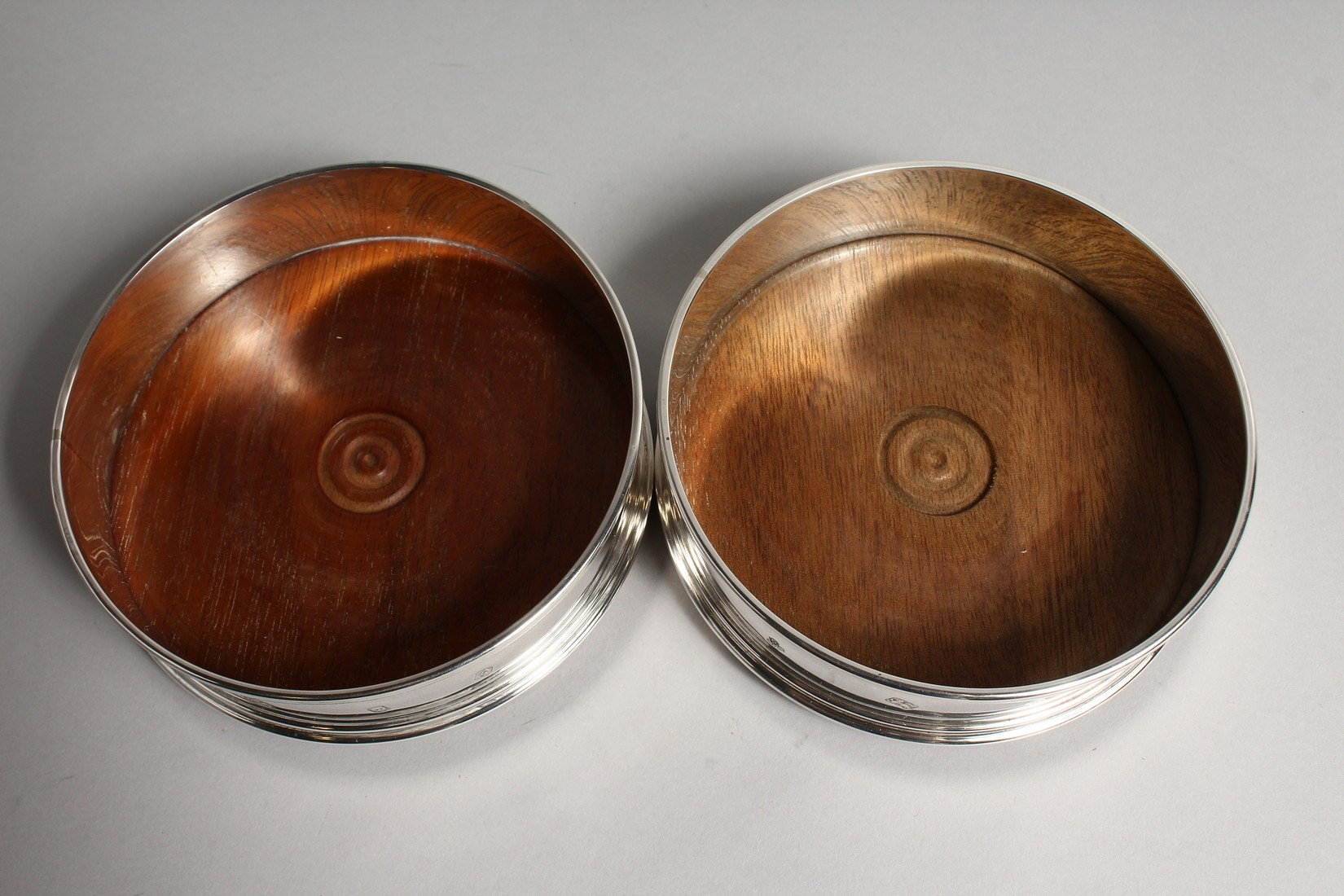 A PAIR OF MODERN PLAIN SILVER WINE WINE COASTERS wit turned wood bases 4.75diameter London 2003 - Image 5 of 6