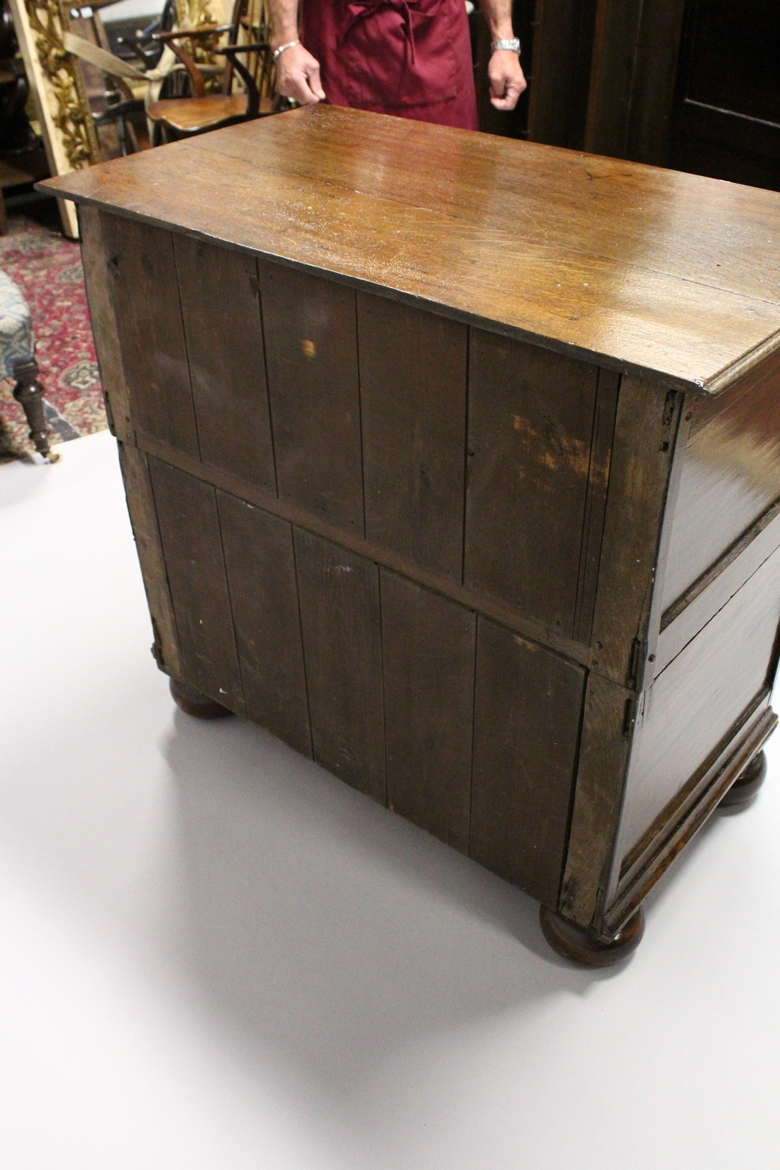 A GOOD LATE 17TH CENTURY LIGHT OAK TWO PIECE LINEN FOLD FRONT CHEST OF THREE DRAWERS, with - Image 5 of 6