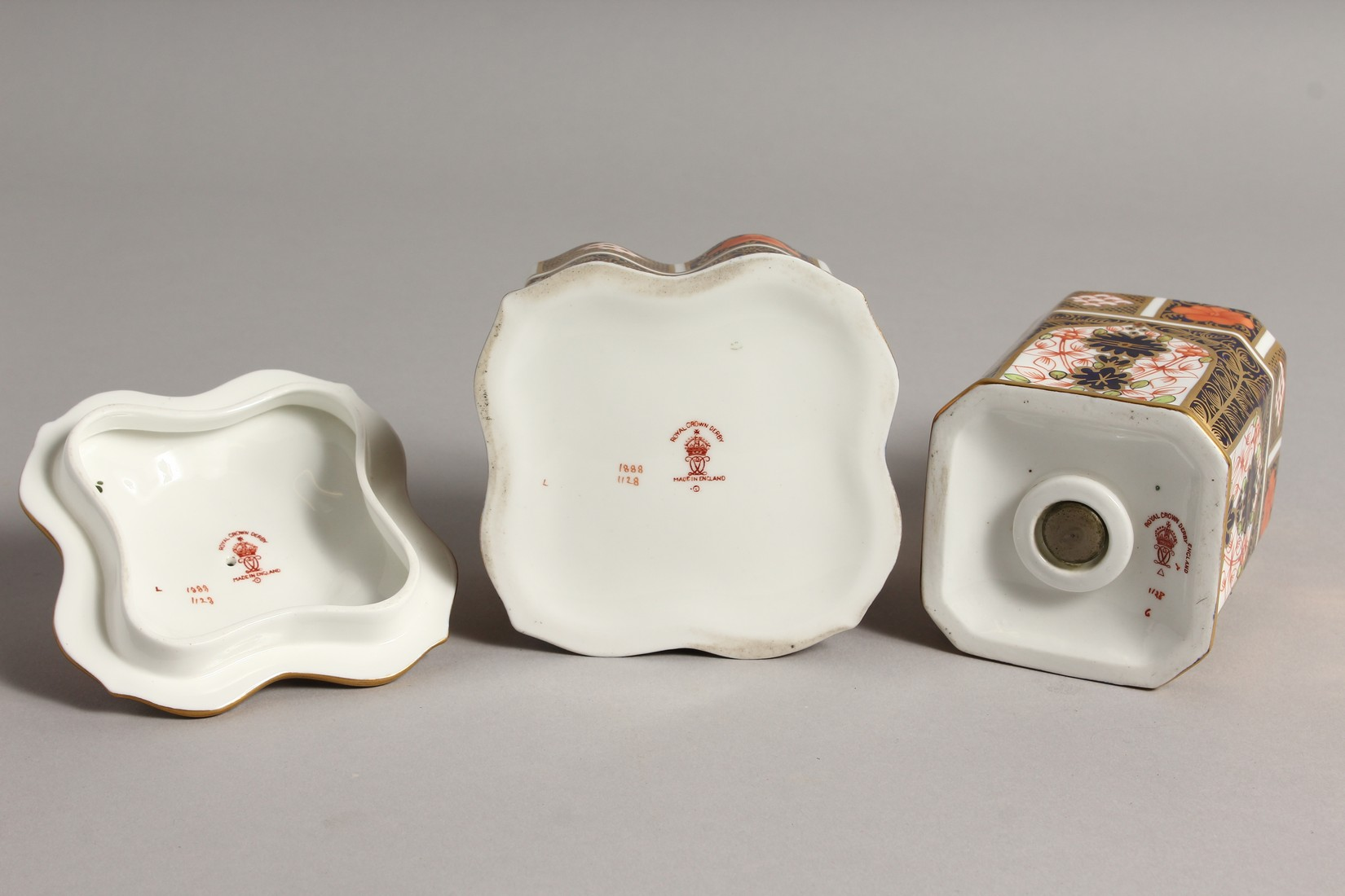 A ROYAL CROWN DERBY JAPAN PATTERN SQUARE SUGAR SIFTER, No. 1128. 6ins high and a SQUARE SUPERB BOX - Image 7 of 10