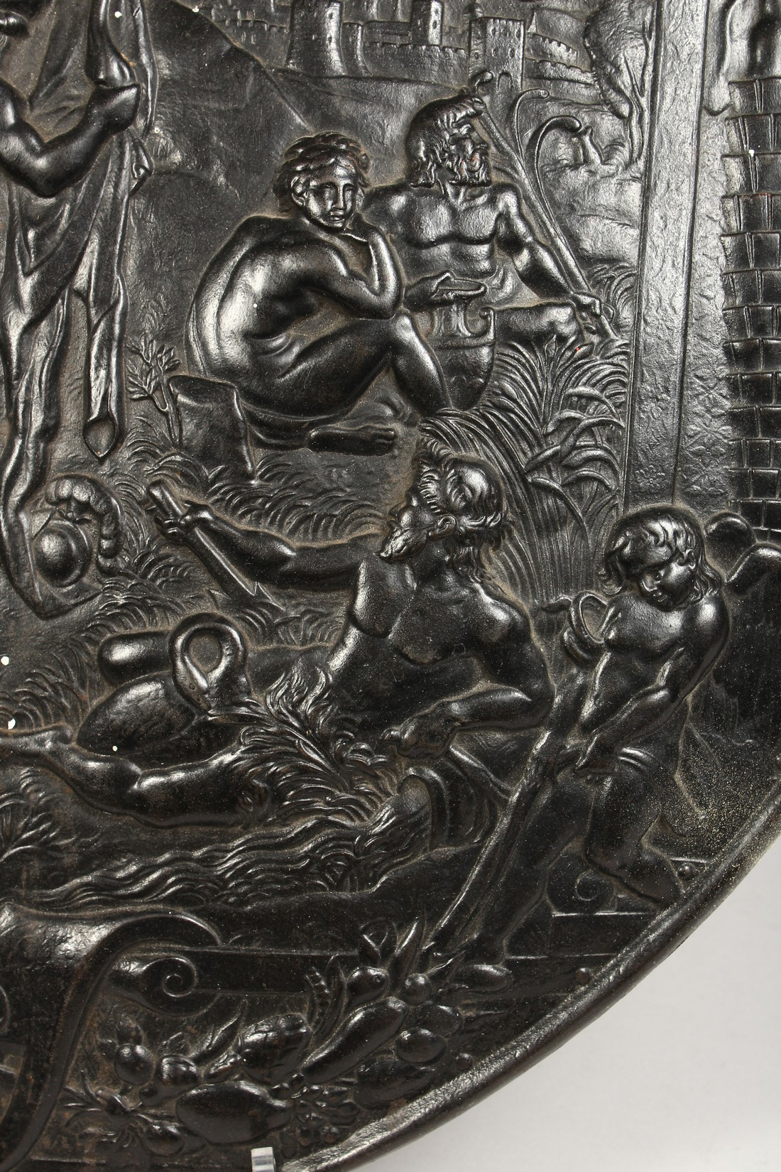 AN IMPRESSIVE CLASSICAL STYLE CAST IRON CIRCULAR PLAQUE, decorated with Greek mythological figures - Image 5 of 8
