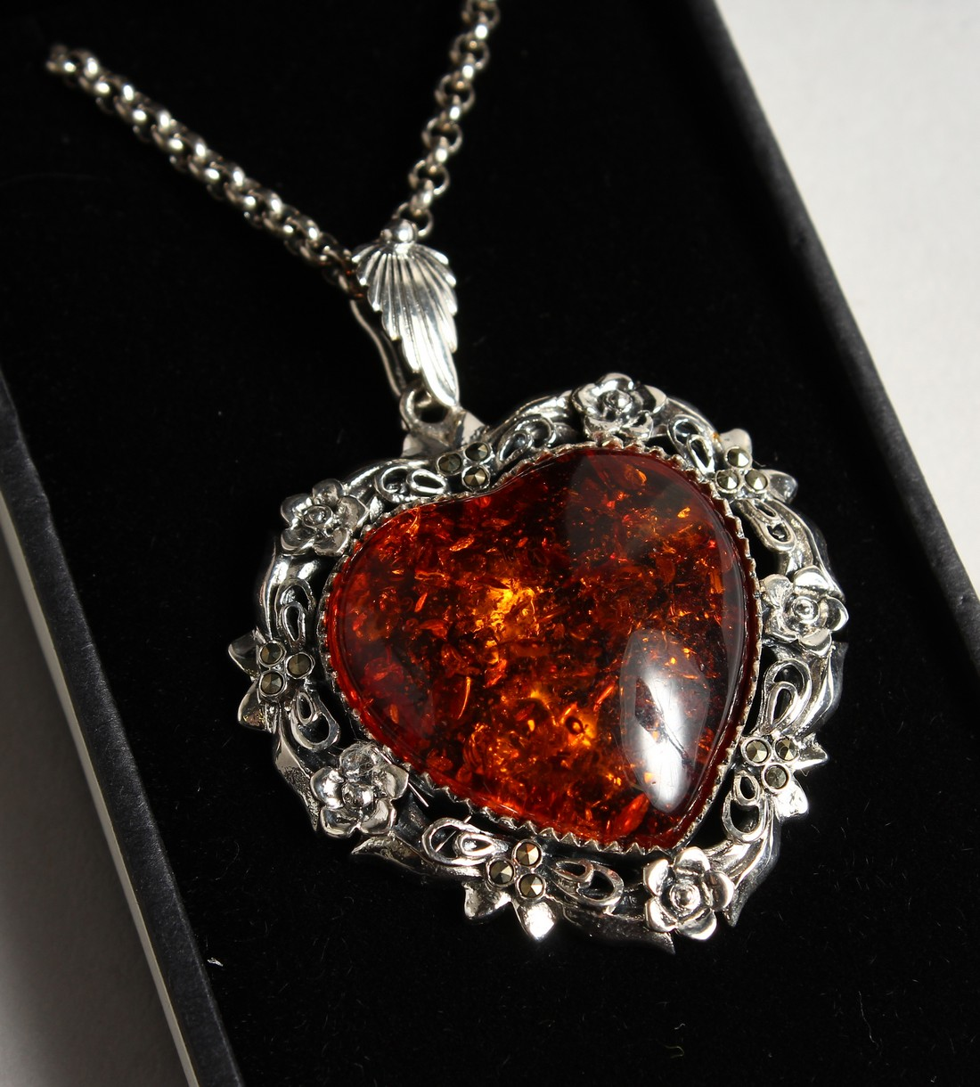 A SILVER AMBER SET, HEAVY SHAPED NECKLACE.