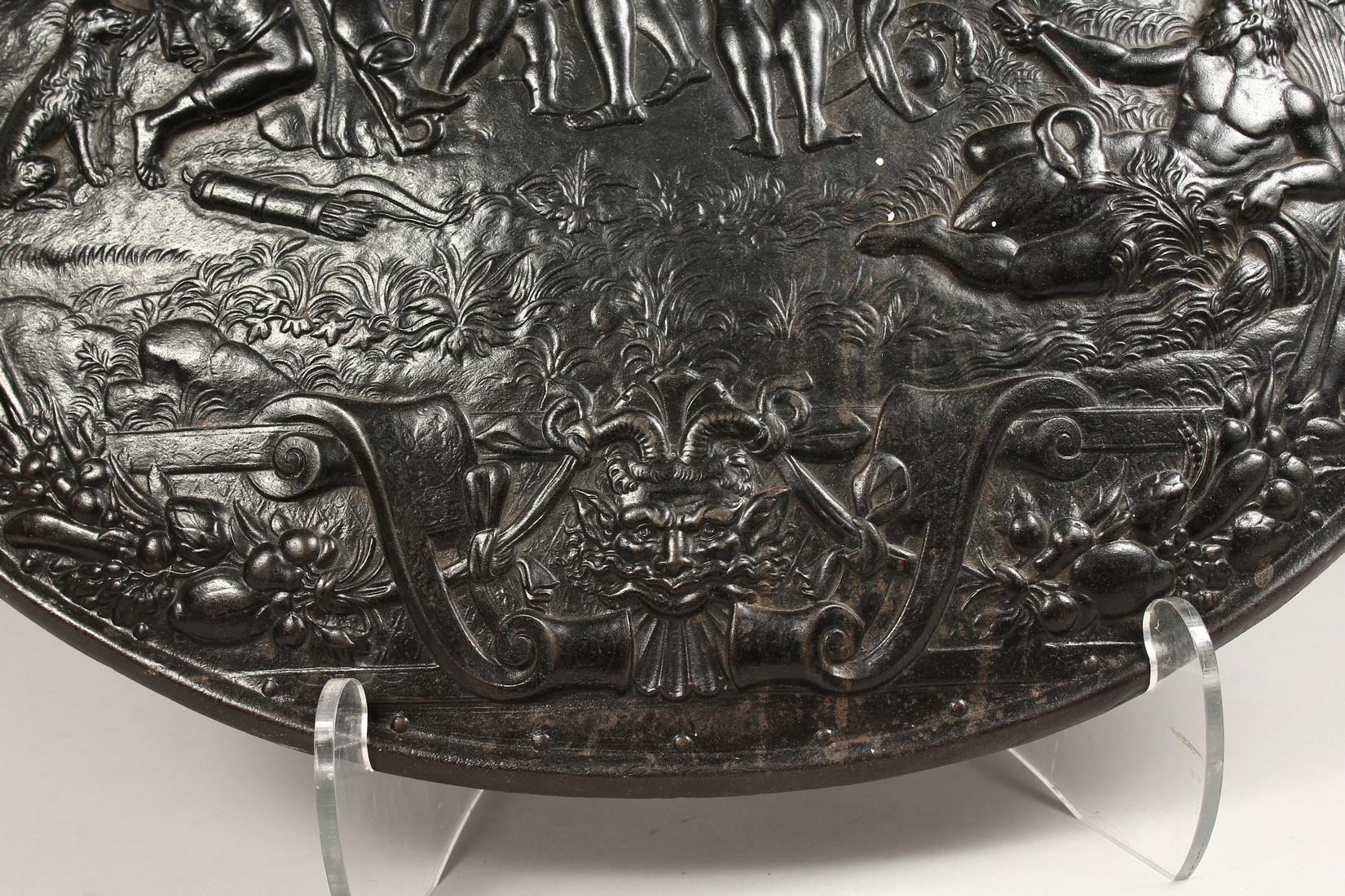 AN IMPRESSIVE CLASSICAL STYLE CAST IRON CIRCULAR PLAQUE, decorated with Greek mythological figures - Image 4 of 8