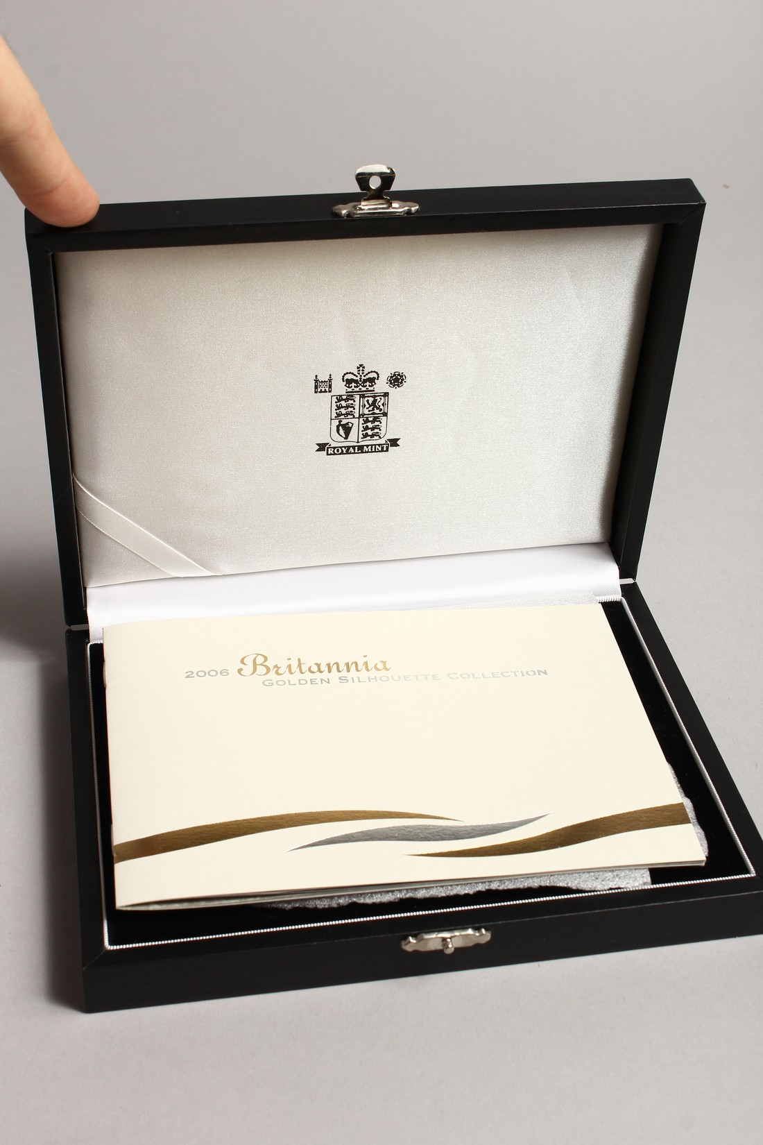 THE 2006 BRITAINNIA SILHOUETTE COLLECTION, silver and gold proof set, no. 0191 of 3000 issued with - Image 3 of 3