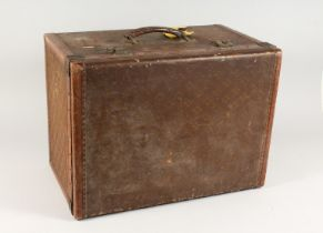 AN OLD LOUIS VUITTON STYLE LEATHER TRUNK with fitted interior and leather carrying handle. 1ft