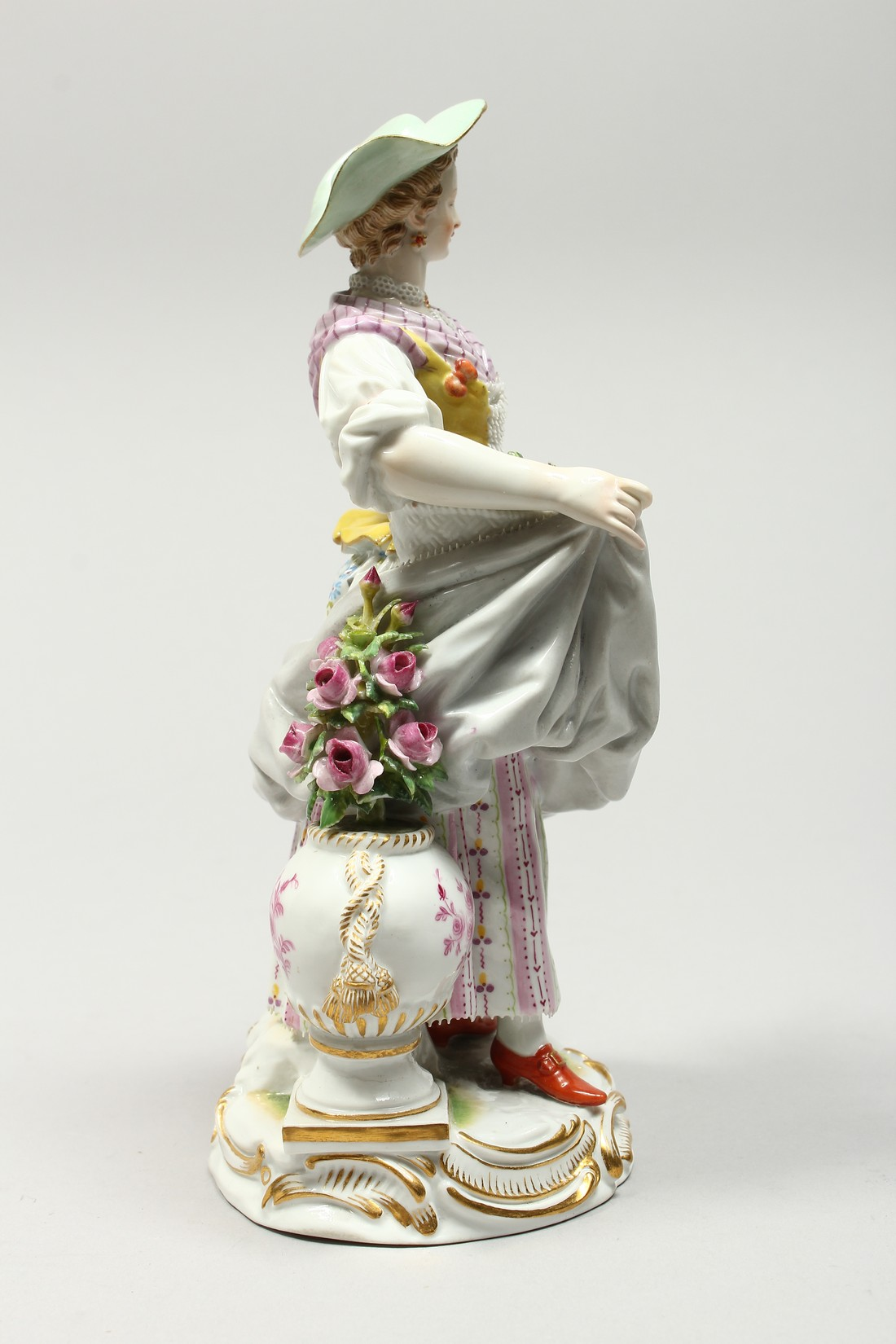 A GOOD MEISSEN PORCELAIN FIGURE OF A GARDENERESE, holding a sickle, carrying a basket of flowers, an - Image 4 of 14