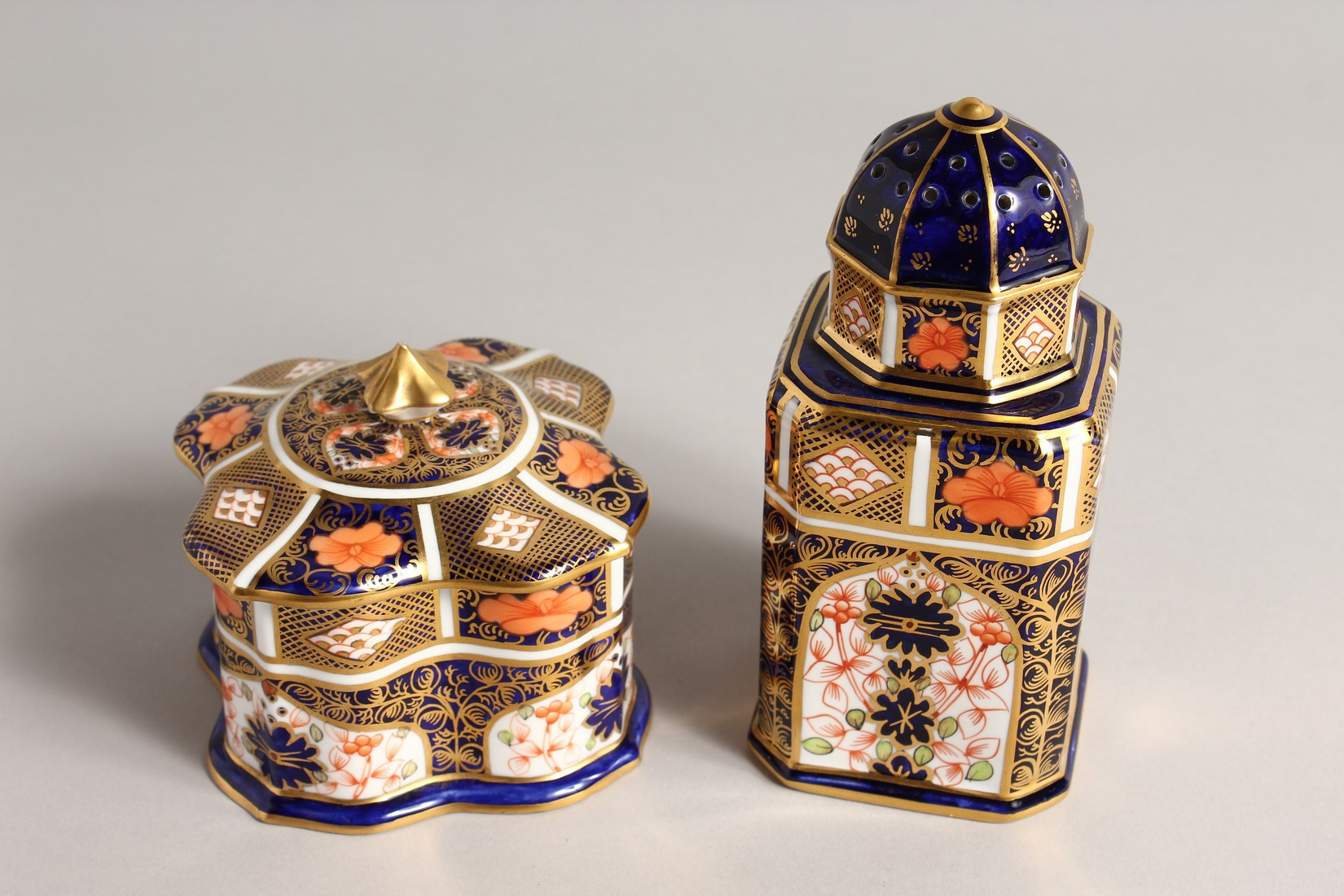 A ROYAL CROWN DERBY JAPAN PATTERN SQUARE SUGAR SIFTER, No. 1128. 6ins high and a SQUARE SUPERB BOX - Image 3 of 10