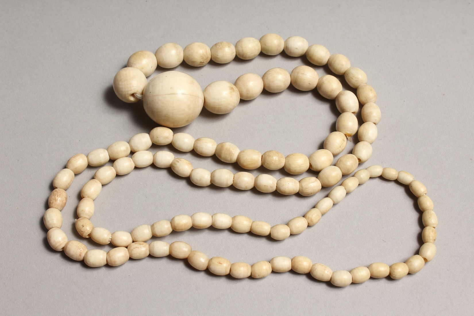 A GOOD GRADUATED IVORY BEAD NECKLACE on one hundred beads 29ins long - Image 3 of 3
