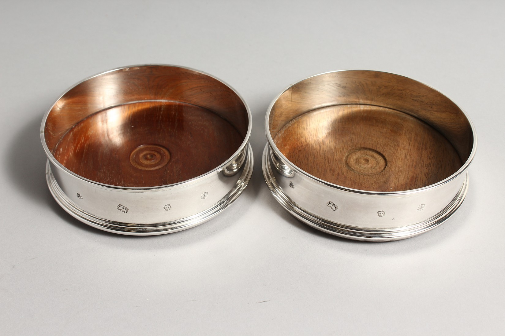 A PAIR OF MODERN PLAIN SILVER WINE WINE COASTERS wit turned wood bases 4.75diameter London 2003 - Image 2 of 6
