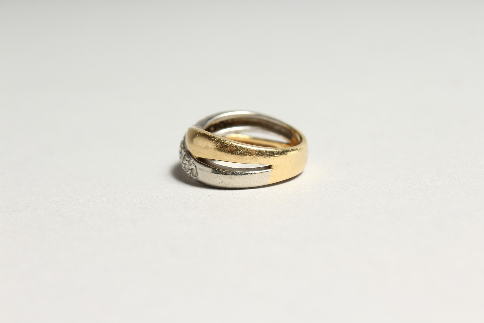 AN 18CT GOLD DIAMOND SET CROSS OVER RING - Image 4 of 6