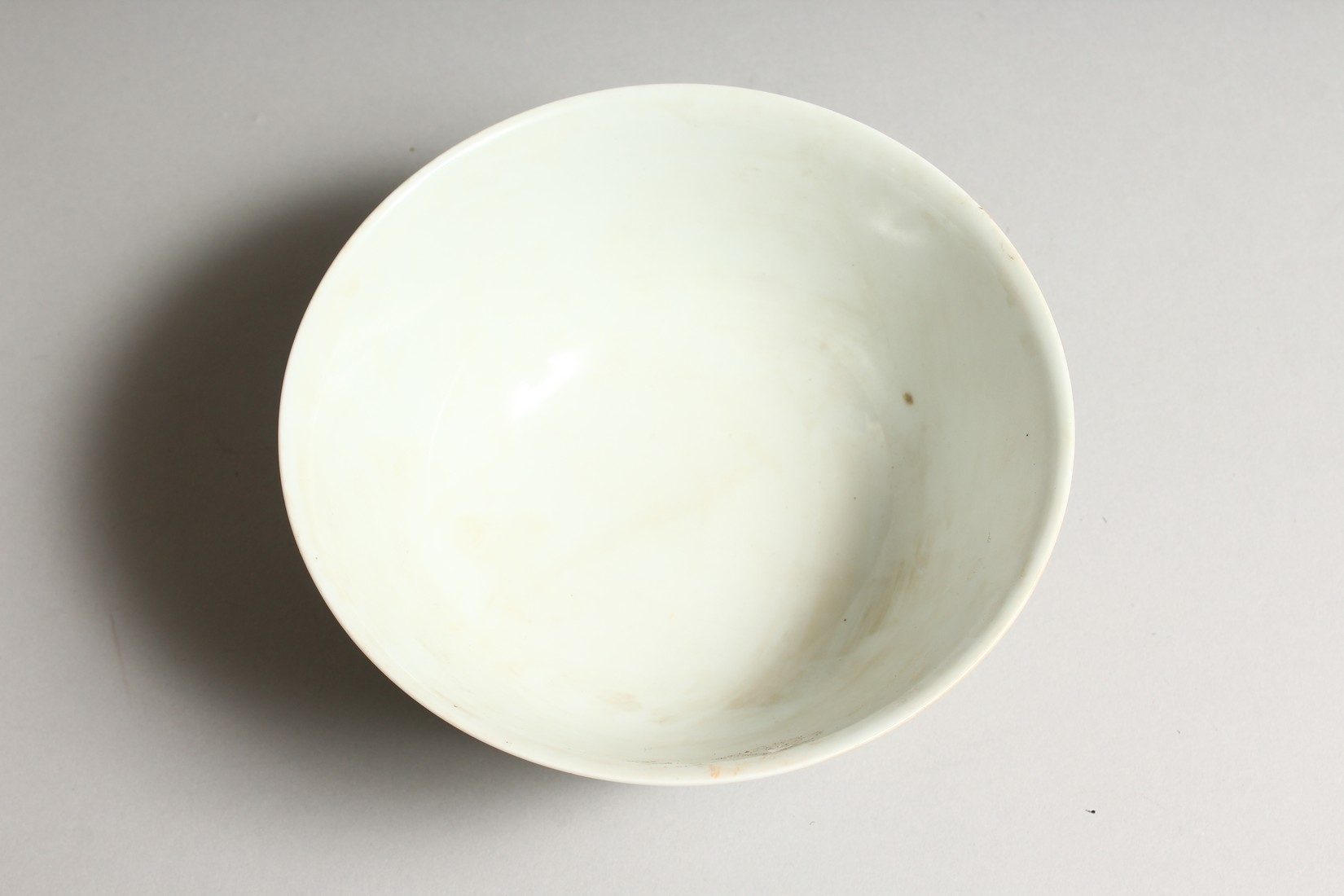 A CHINESE FAMILLE VERTE PORCELAIN BOWL, painted with figures in a landscape. 6.25ins diameter. - Image 5 of 6