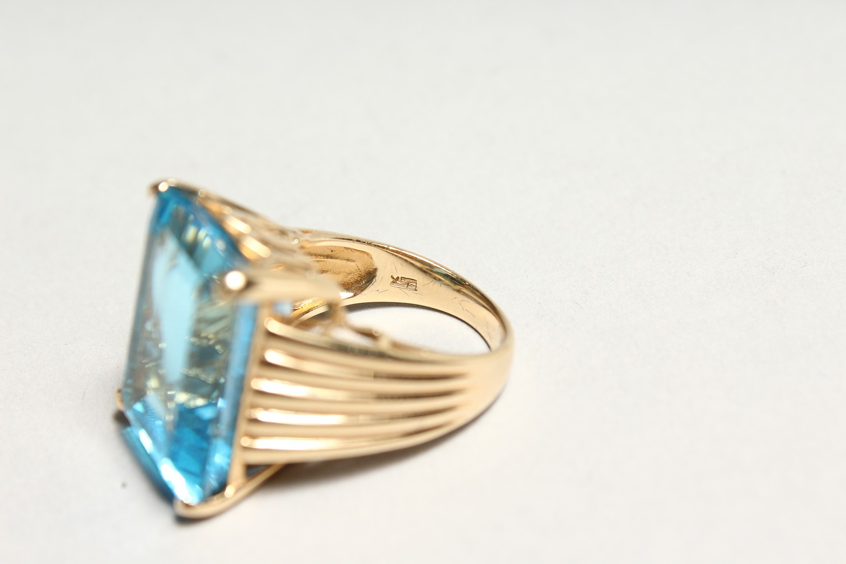 A GOOD 18CT GOLD LARGE TOPAZ SET RING. - Image 5 of 6