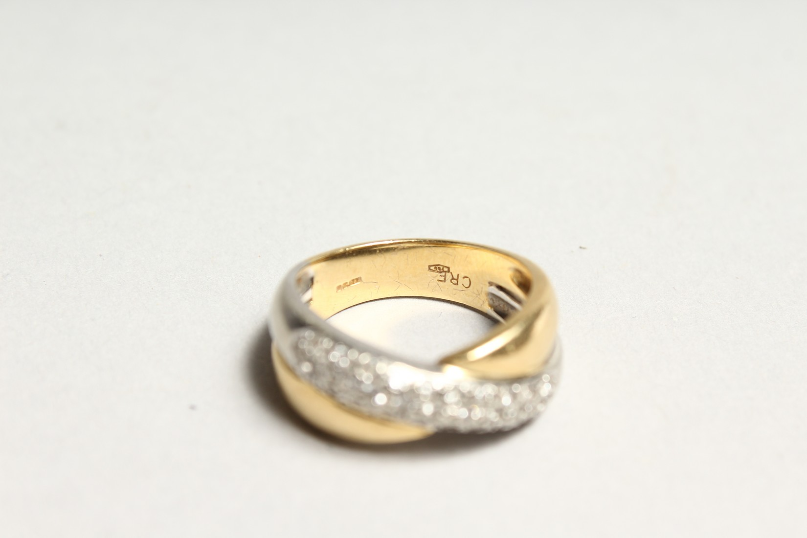AN 18CT GOLD DIAMOND SET CROSS OVER RING - Image 6 of 6