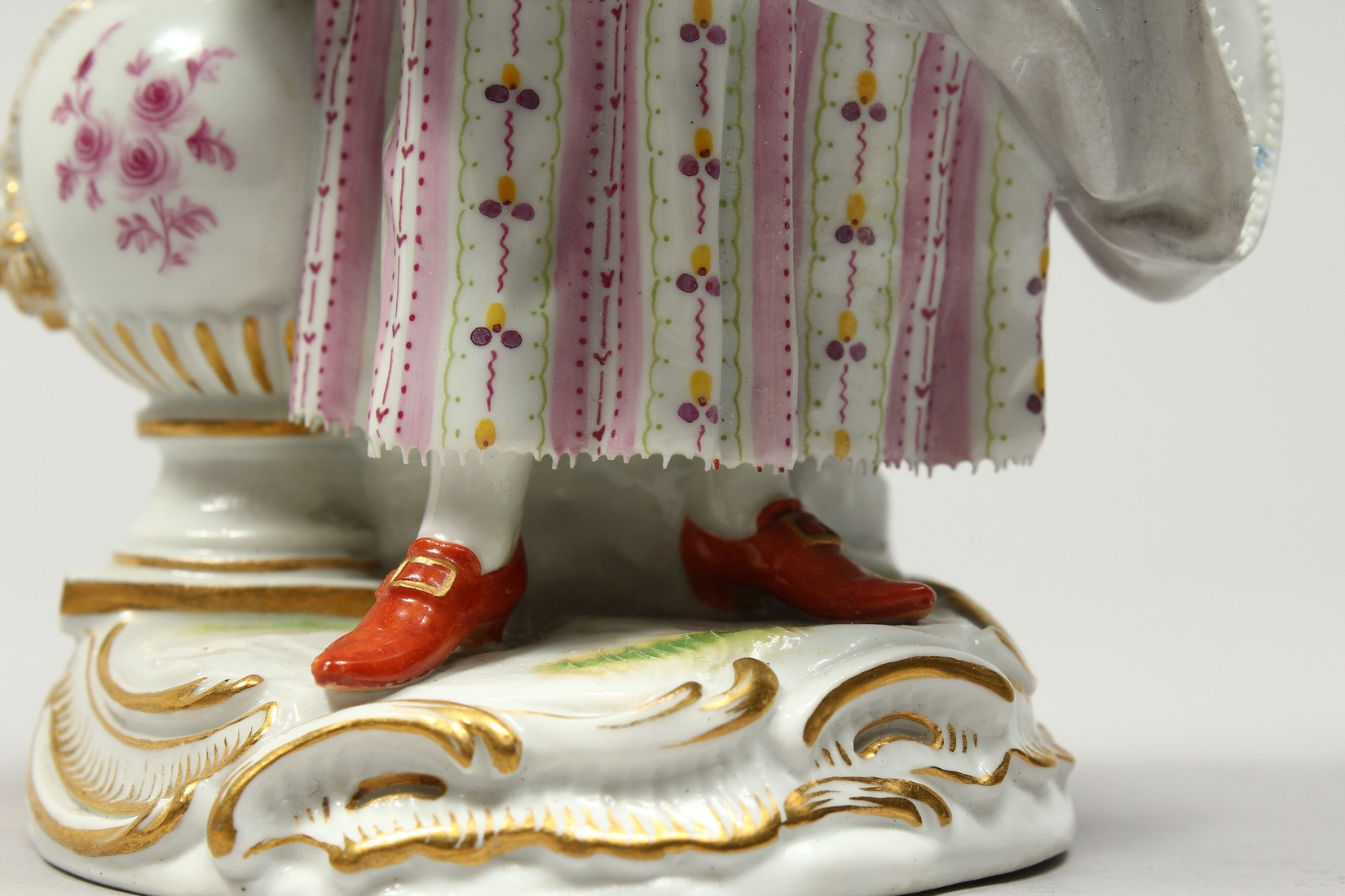 A GOOD MEISSEN PORCELAIN FIGURE OF A GARDENERESE, holding a sickle, carrying a basket of flowers, an - Image 7 of 14