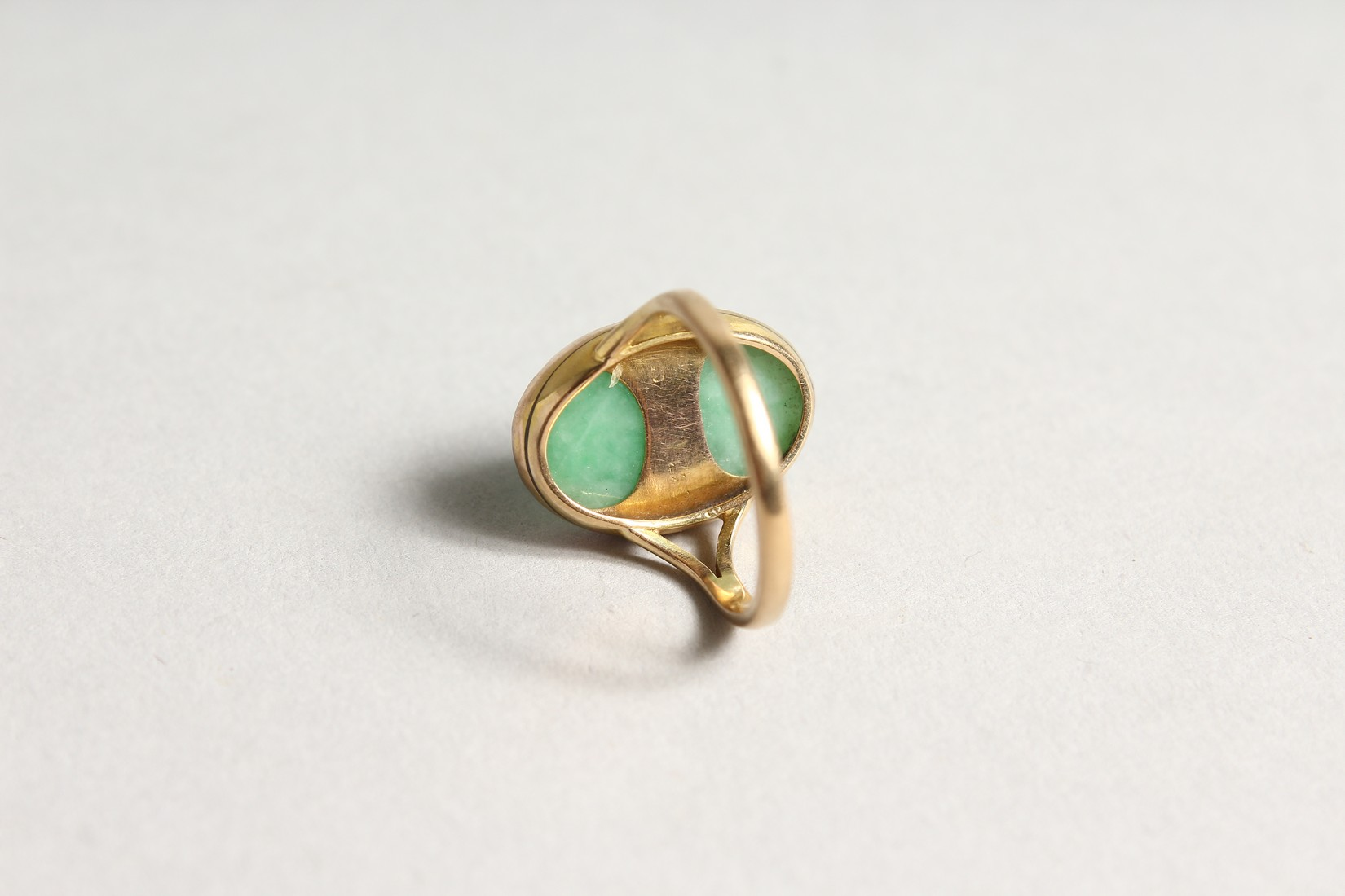 A GOLD AND JADE RING - Image 2 of 2