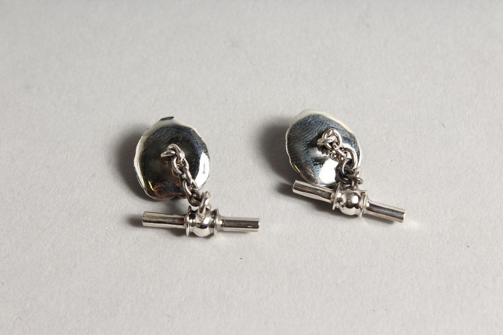 A PAIR OF SILVER FROG AND LILY PAD CUFF LINKS - Image 3 of 3
