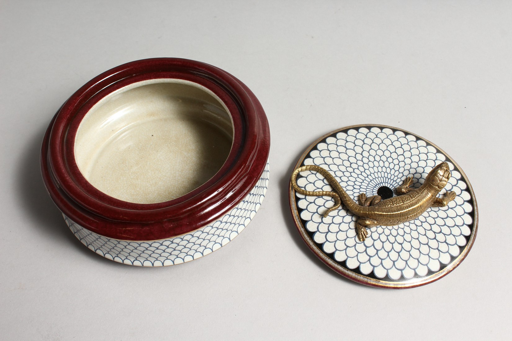 A CIRCULALR PORCELAIN BOX AND COVER with bronze lizard 5ins diameter - Image 3 of 5