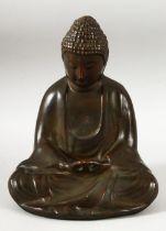A CHINESE SEATED BRONZE FIGURE OF A BUDDHA / DEITY - 25CM