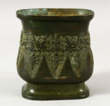 A CHINESE ARCHAIC STYLE BRONZE VESSEL / VASE - 9CM
