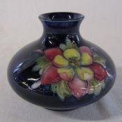 Moorcroft vase 'columbine' pattern H 7.5 cm