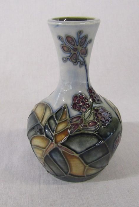 Small Moorcroft 'Bramble' pattern vase H 10.5 cm - Image 3 of 4