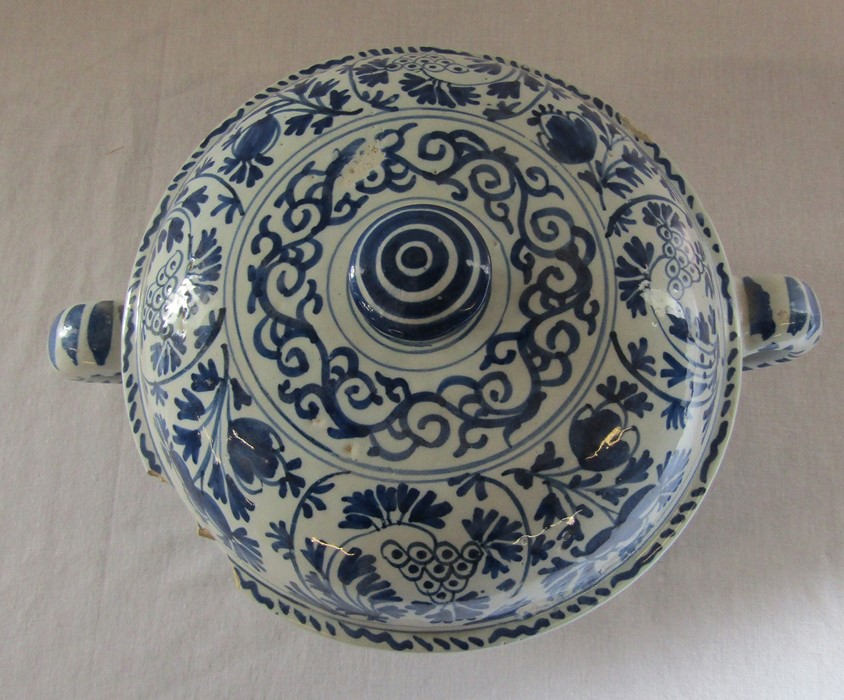 18th century Delft blue and white painted twin handled possett pot / broth bowl and cover D 26 cm - Image 3 of 14