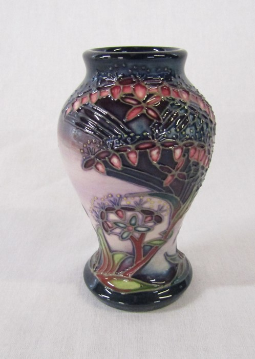 Small boxed Moorcroft vase 'Gypsy' pattern c. 1999 H 10 cm - Image 2 of 4