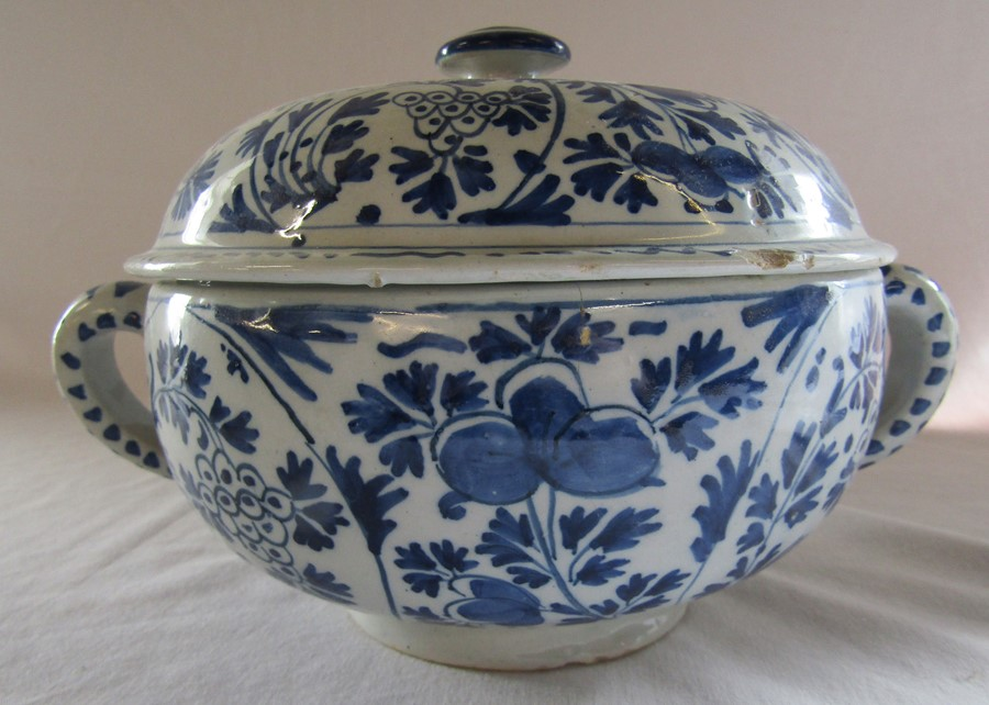 18th century Delft blue and white painted twin handled possett pot / broth bowl and cover D 26 cm - Image 9 of 14