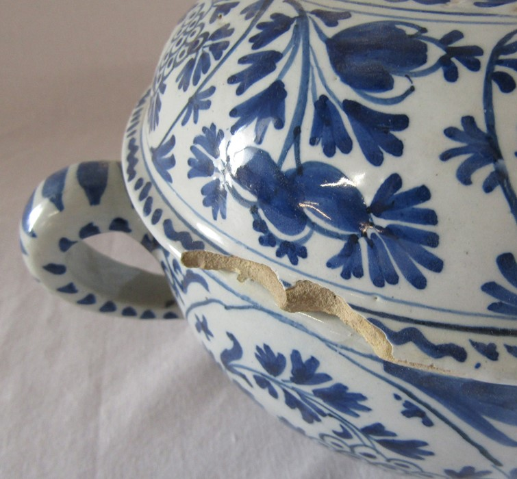 18th century Delft blue and white painted twin handled possett pot / broth bowl and cover D 26 cm - Image 4 of 14