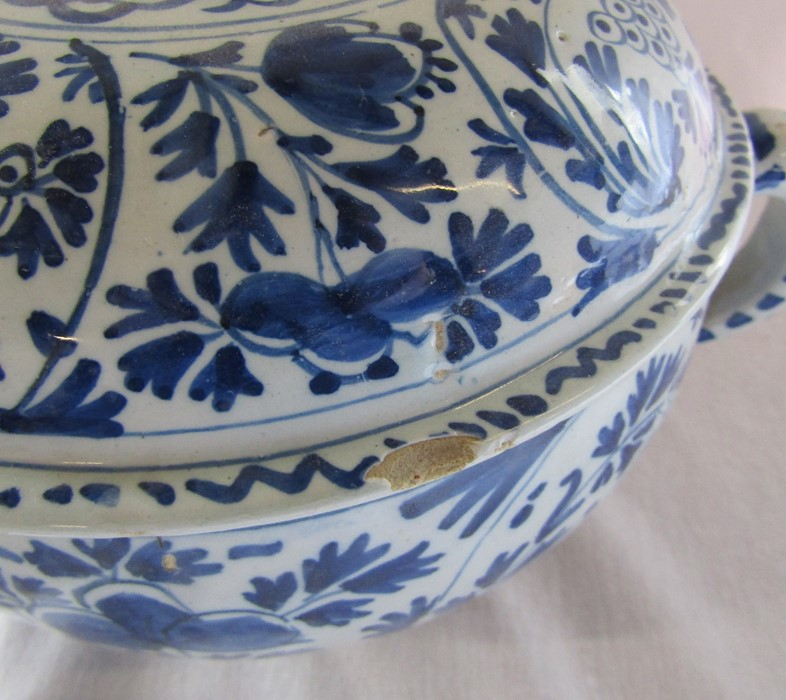 18th century Delft blue and white painted twin handled possett pot / broth bowl and cover D 26 cm - Image 8 of 14