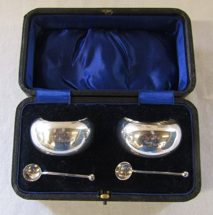 Cased pair of silver salts Chester 1915 (spoons 1913), maker Barker Brothers, weight 5.48 ozt