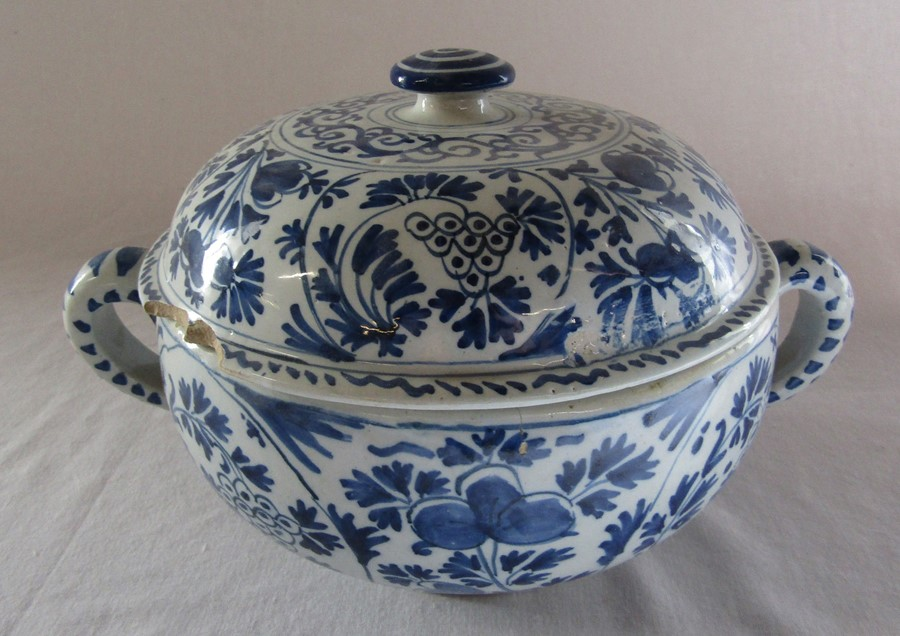 18th century Delft blue and white painted twin handled possett pot / broth bowl and cover D 26 cm - Image 14 of 14