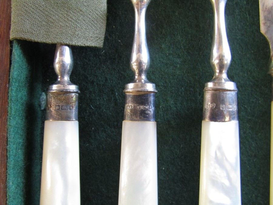 W R Bullen cased part silver plated and mother of pearl cutlery set with silver cuffs, Sheffield - Image 4 of 6