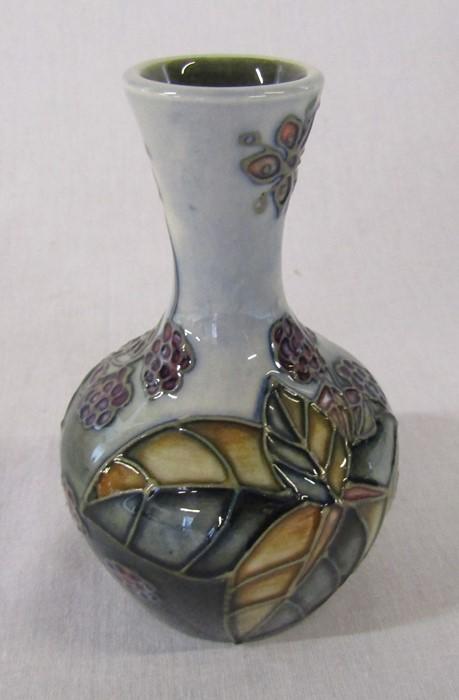 Small Moorcroft 'Bramble' pattern vase H 10.5 cm - Image 2 of 4