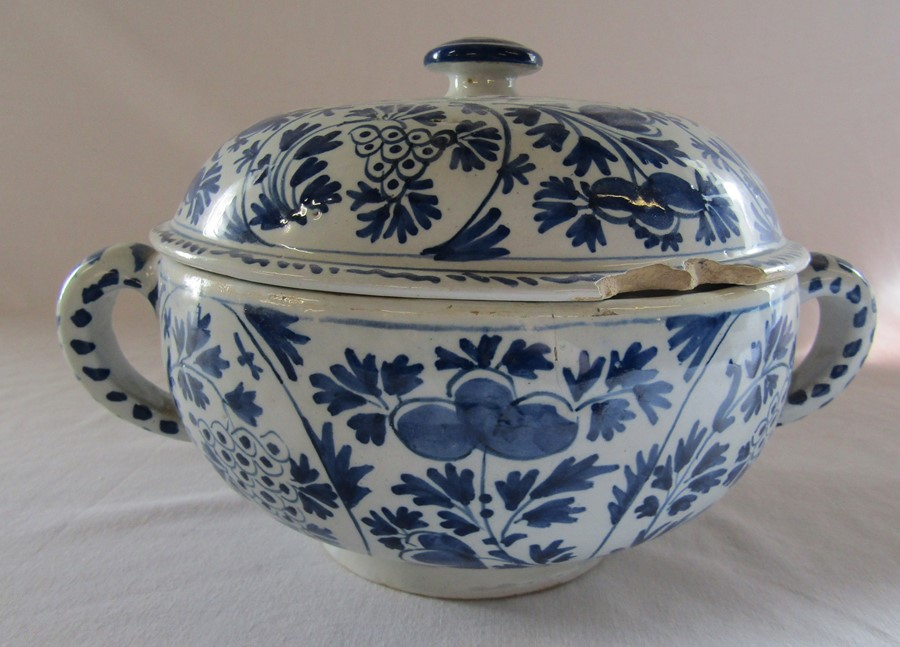 18th century Delft blue and white painted twin handled possett pot / broth bowl and cover D 26 cm - Image 10 of 14