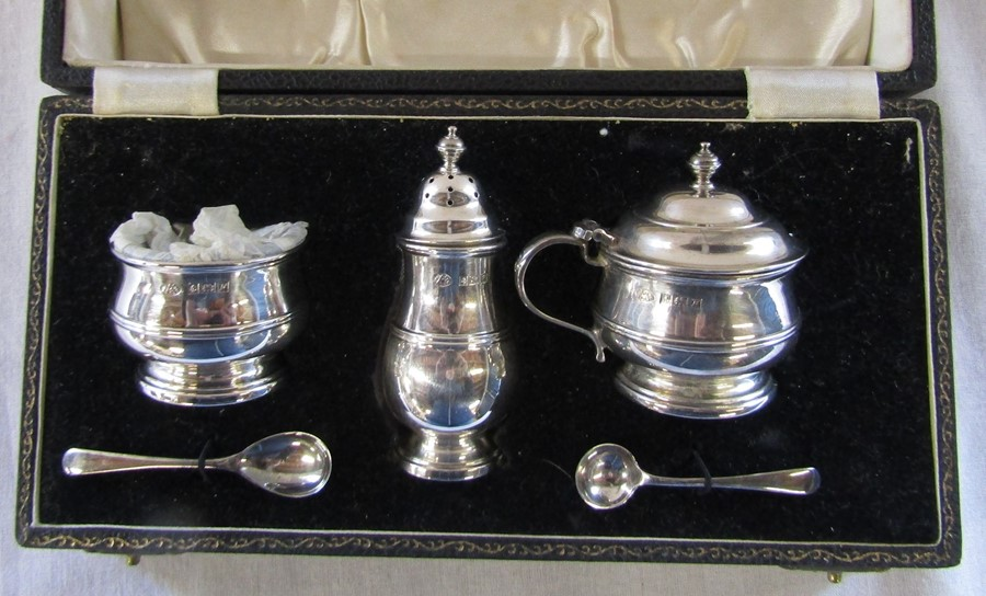Boxed silver condiment set by Adie Brothers Ltd, Birmingham 1955 retailed by Mackay & Chisholm Ltd - Image 2 of 3