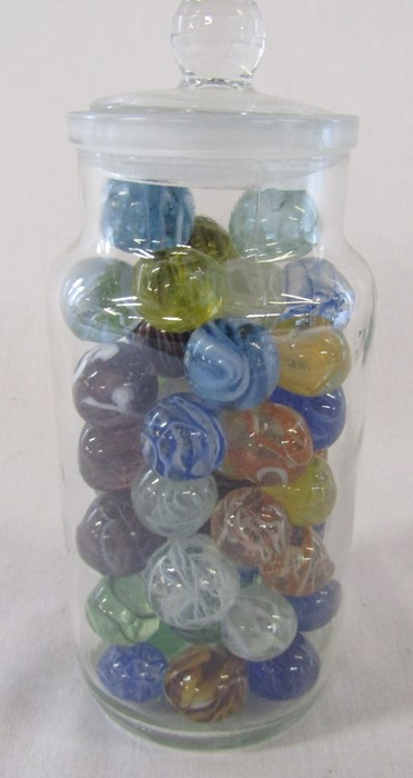 Jar of assorted sized marbles, largest size 2.5 cm - Image 4 of 4